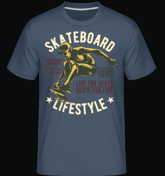 Skateboard Lifestyle -  Shirtinator Men's T-Shirt - Denim - Vorn